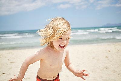 Tobender Junge am Strand - p1198m2063235 von Guenther Schwering