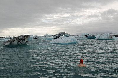 Eisbaden - p470m658674 von Ingrid Michel
