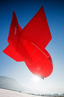 Europe, Switzerland, Vaud, Chateau-d'Oex, International hot air balloon festival, Zeppelin - p652m1487631 by Christian Kober