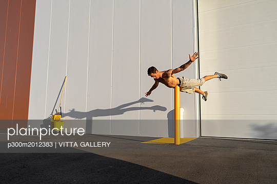 Acrobat training on a pole - p300m2012383 von VITTA GALLERY