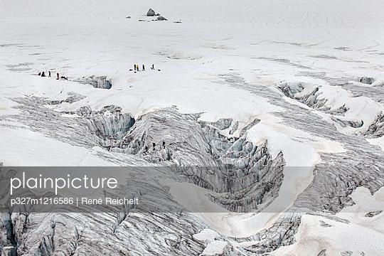 Bergsteiger in Gletscherlandschaft - p327m1216586 von René Reichelt