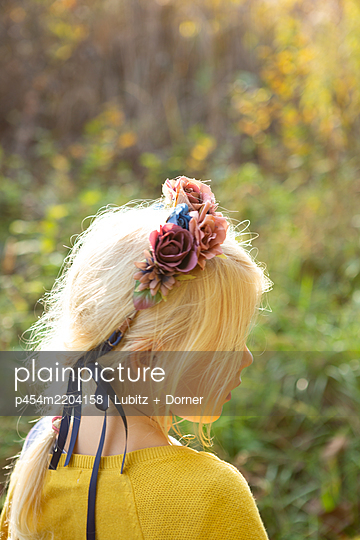 With floral wreath - p454m2204158 by Lubitz + Dorner