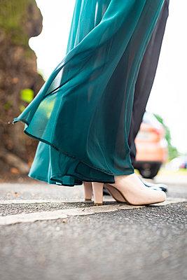 Kleid weht im Wind - p1076m2122433 von TOBSN