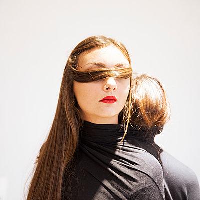 Two women wearing black sweater - p1105m2128809 by Virginie Plauchut