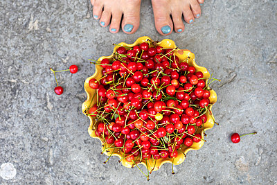 Cherries in bowl - p312m2091486 by Ulf Huett Nilsson
