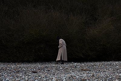 Frau allein am Steinstrand - p906m1362797 von Wassily Zittel
