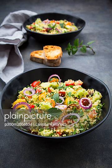 Tabbouleh made of couscous, tomatoes, red onions, cucumber, parsley and mint - p300m2004634 von Larissa Veronesi