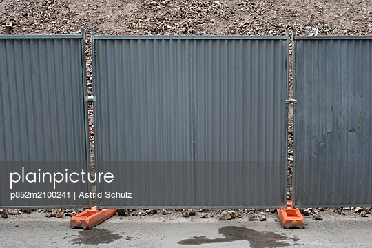 Construction barrier at building site - p852m2100241 by Astrid Schulz