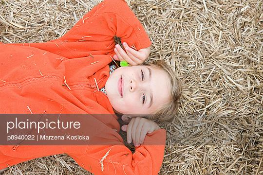 Mädchen liegt im Stroh - p8940022 von Marzena Kosicka