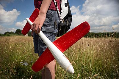 Kind mit Spielflugzeug - p1222m1154550 von Jérome Gerull