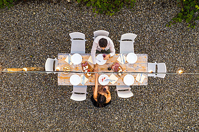 Italy, Tuscany, Siena, top view of young couple dining al fresco holding hands - p300m2058677 by Francesco Buttitta