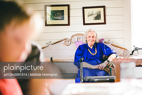 Senior woman looking away - p312m2091514 by Matilda Holmqvist