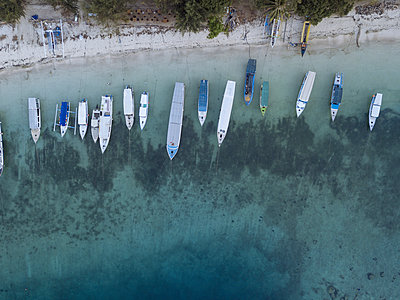Boats on beach, aerial view - p1108m2128036 by trubavin