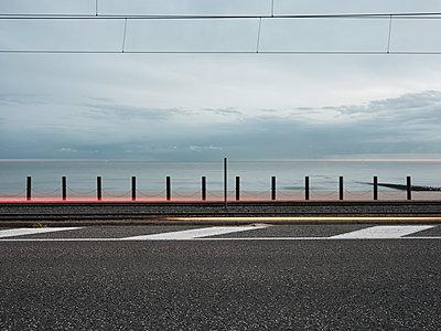 Straße, Schiene, Promenade und Meer - p1383m2026497 von Wolfgang Steiner