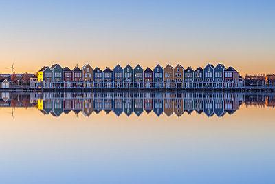Netherlands, Holland, Rotterdam, Houten in the evening - p300m2062875 von Raul Podadera Sanz
