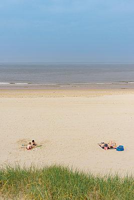 Sonnenbaden - p305m1171508 von Dirk Morla