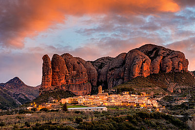 Aguero village with Mallets of Aguero at sunrise. Aguero, province of Huesca, Aragon, Spain - p651m2033099 by Andrea Comi