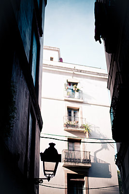 Alley in the old town of Barcelona  - p795m2044799 by Janklein