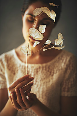 Frau hält Silberblatt Pflanzen - p968m2020226 von roberto pastrovicchio