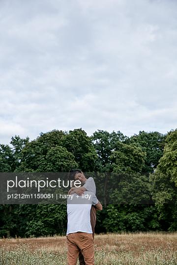 Junges Paar an einem Baumstumpf - p1212m1159081 von harry + lidy