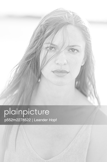 Young woman with long hair, portrait - p552m2278522 by Leander Hopf