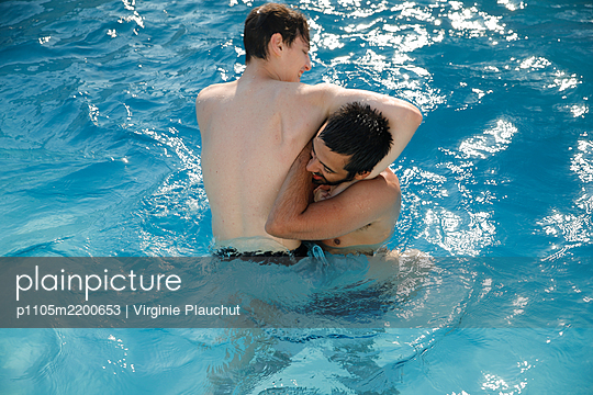 Two friends in swimming pool - p1105m2200653 by Virginie Plauchut