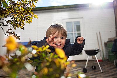 Junge spielt im Garten - p1386m1452250 von beesch