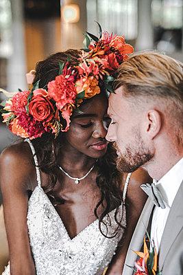 Multi-ethnic wedding couple, portrait - p680m2178218 by Stella Mai
