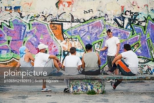 Germany, Berlin, Mauerpark, Clique - p1093m2192919 by Sven Hagolani