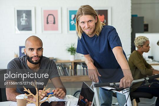junge Männer am Arbeitsplatz - p1156m1572716 von miep