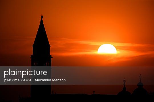 Sonnenuntergang hinter dem Campanile vom Markusplatz, Venedig - p1493m1584734 von Alexander Mertsch