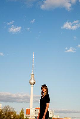 Junge Frau sonnt sich auf der Mobijoubrücke,  Alex rechtsJunge Frau steht auf der Mobijoubrücke,  Alex links, halb - p1212m1137001 von harry + lidy