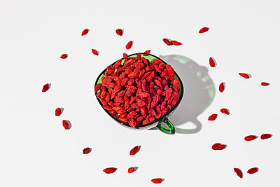 Dried goji berries in a green glass cup - p1423m2283884 by JUAN MOYANO