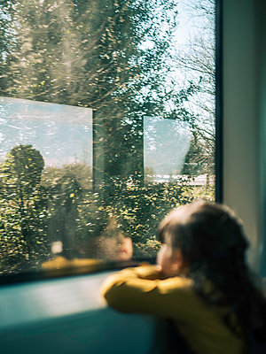 Little girl looks out of train window - p1522m2160946 by Almag