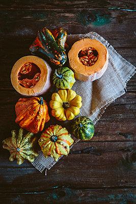 Various Ornamental pumpkins on cloth and wood - p300m1581545 von Giorgio Fochesato