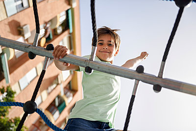 Portrait of little girl on climbing frame - p300m2029515 von Javier Sánchez Mingorance