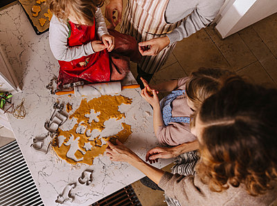 Family preparing Christmas cookies in kitchen - p300m2156525 by Mareen Fischinger