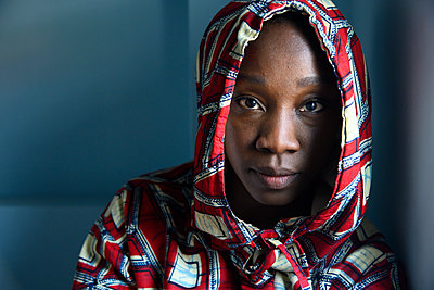 Sad African woman with hood - p427m2285879 by Ralf Mohr