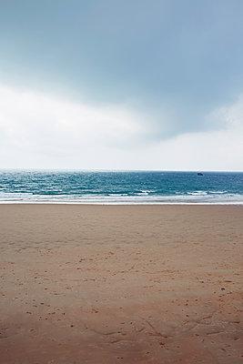 Dunkle Wolken am Meer - p464m1208038 von Elektrons 08