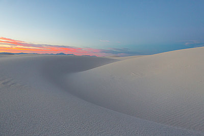 Sand dunes in desert at sunset - p555m1523059 by Marc Romanelli