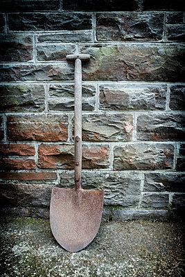 Old rusty shovel gardening tool stone wall spade - p609m1219834 by OSKARQ