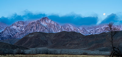 Majestic view of mountain ranges against sky during dusk - p1166m1576443 by Cavan Images