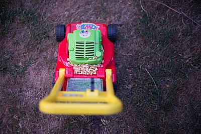 Kinderspielzeug mit Erdnüssen - p1509m2045021 von Romy Rolletschke