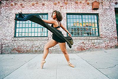 Mixed race woman dancing ballet on sidewalk - p555m1521634 by Peathegee Inc