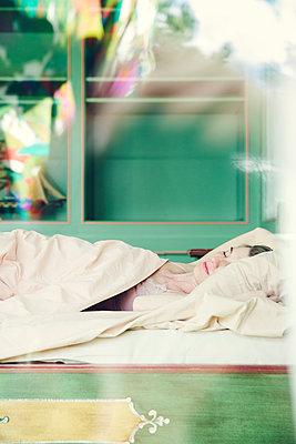 Frau im Bett - p904m1133639 von Stefanie Päffgen