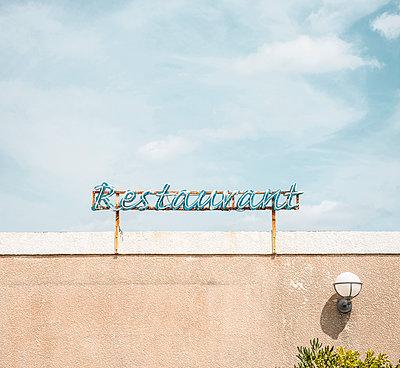 Restaurant Schild in l'Ile Rousse auf der Mittelmeerinsel Korsika - p1162m1496529 von Ralf Wilken
