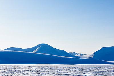 Winterlandschaft in Svalbard Spitzbergen - p1203m1189790 von Bernd Schumacher
