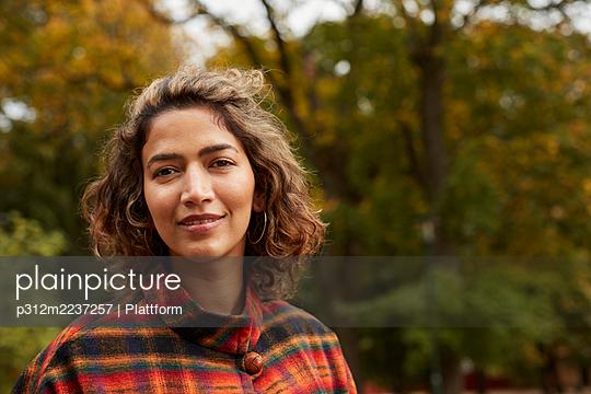 Portrait of smiling woman - p312m2237257 by Plattform