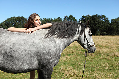 Frau mit Pferd - p045m721132 von Jasmin Sander