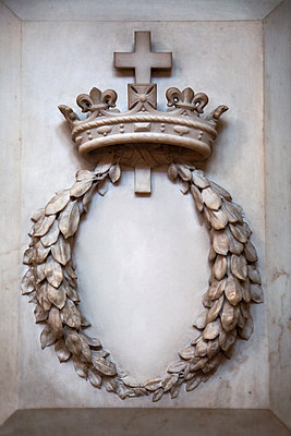Cross, crown and laurel wreath, marble carving - p1248m2289352 by miguel sobreira